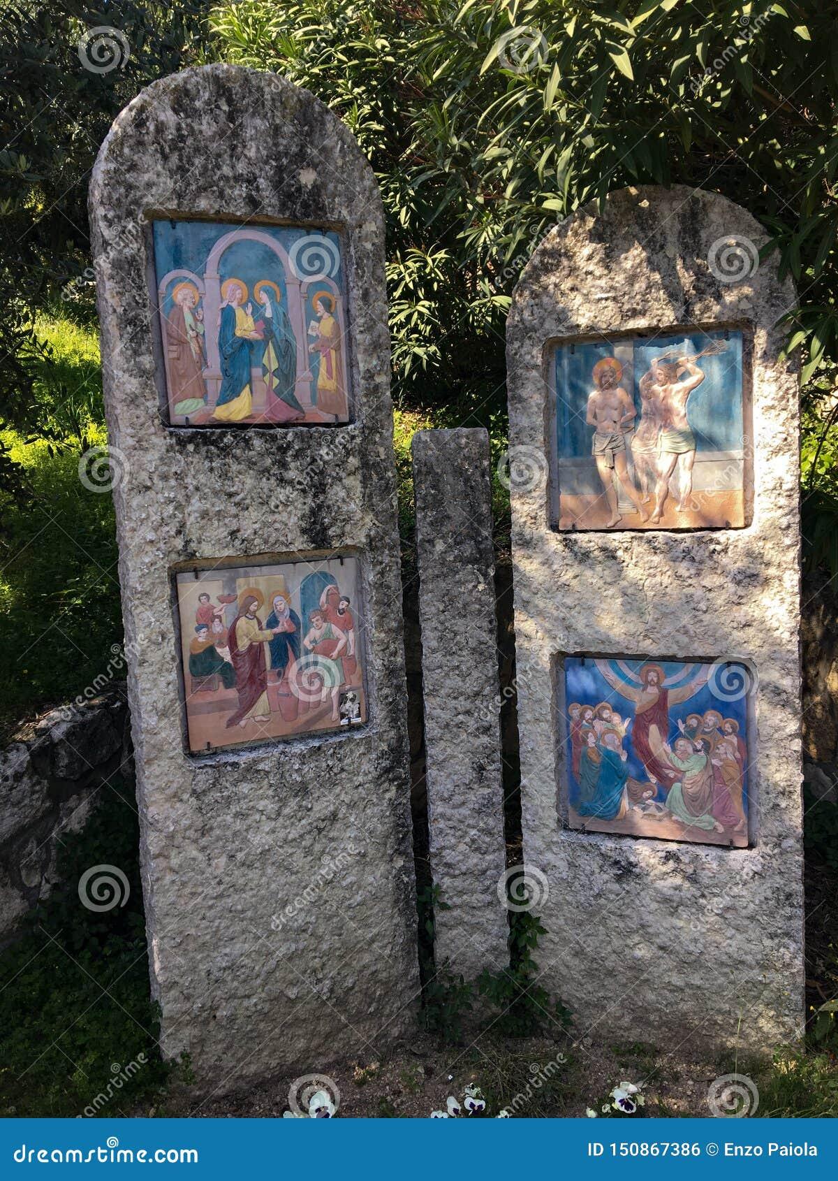 Voetweg met via crucis van het heiligdom van Madonnadi Lourdes Verona Italy