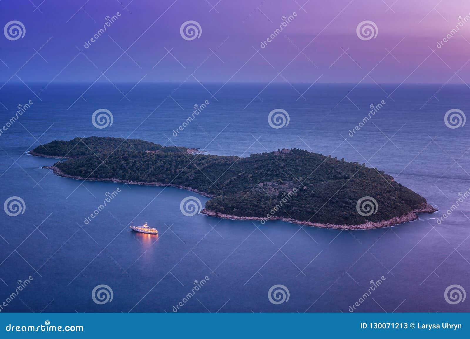 Vogel-Augenansicht von Insel Lokrum nahe Dubrovnik nachts, Kroatien