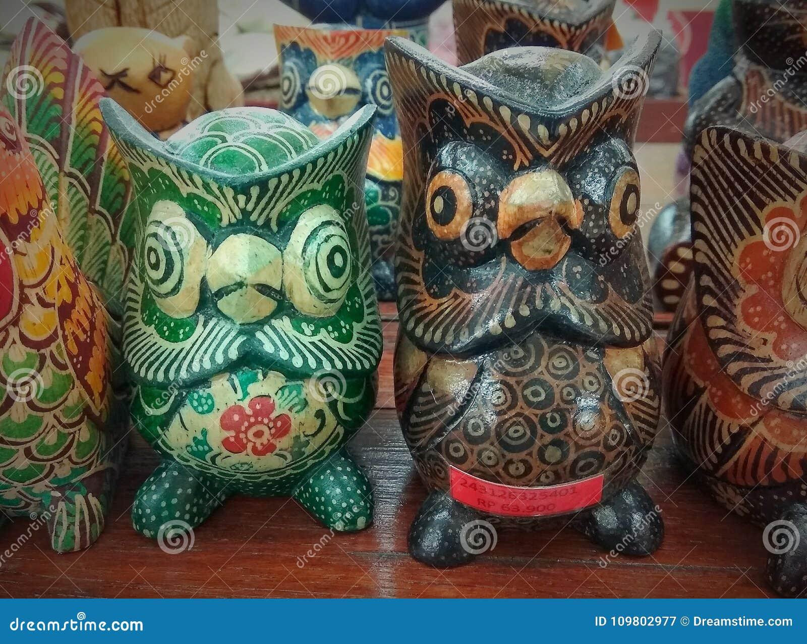 Vogel-vormige houten standbeelden