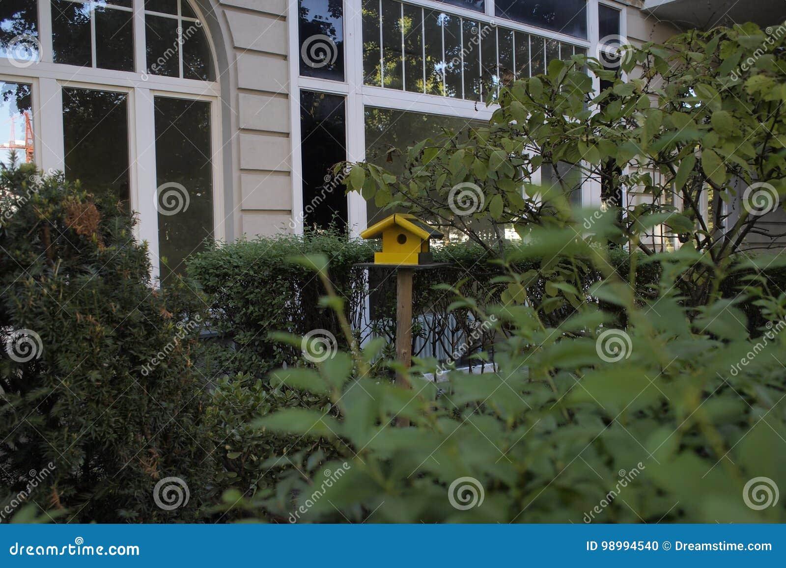 Vogelhuis in een tuin