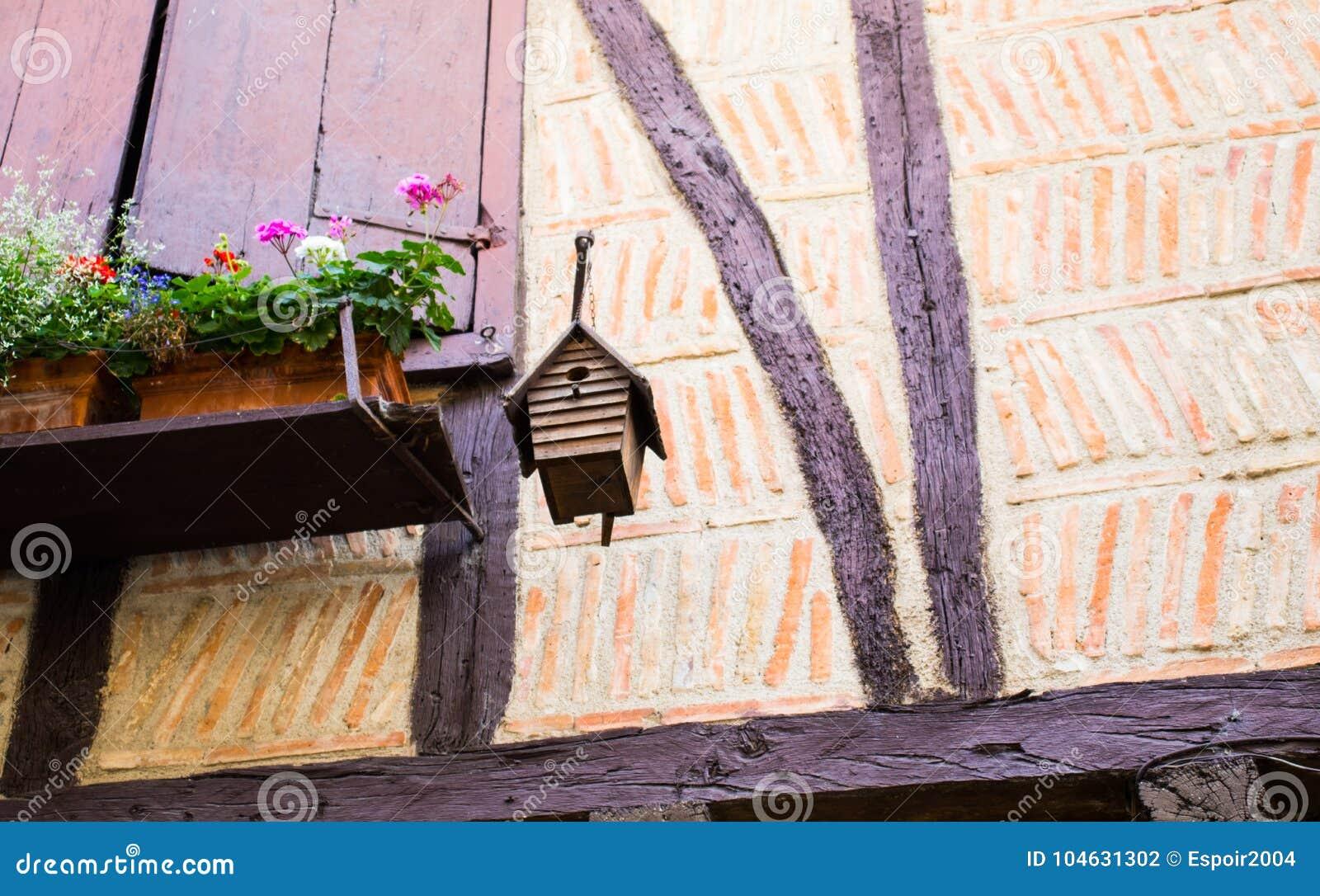 Download Vogelhuis Van Het Venster Van Een Oud Huis Met Stralen Wordt Opgeschort Die Stock Foto - Afbeelding bestaande uit leeg, doos: 104631302