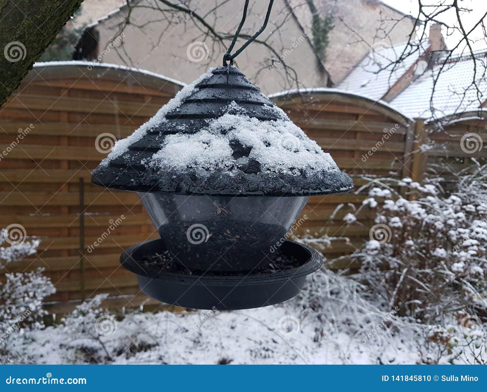 Vogelhuis van metaal in zijn vooryard in Storkow in Duitsland