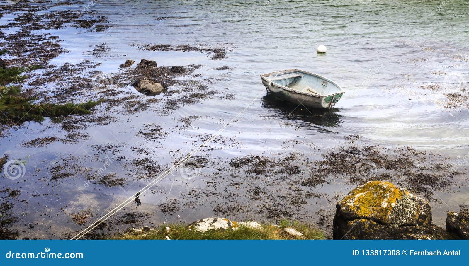 Vogelperspektive über ein sehr einfaches Fischerboot auf einem kalten Herbst MO