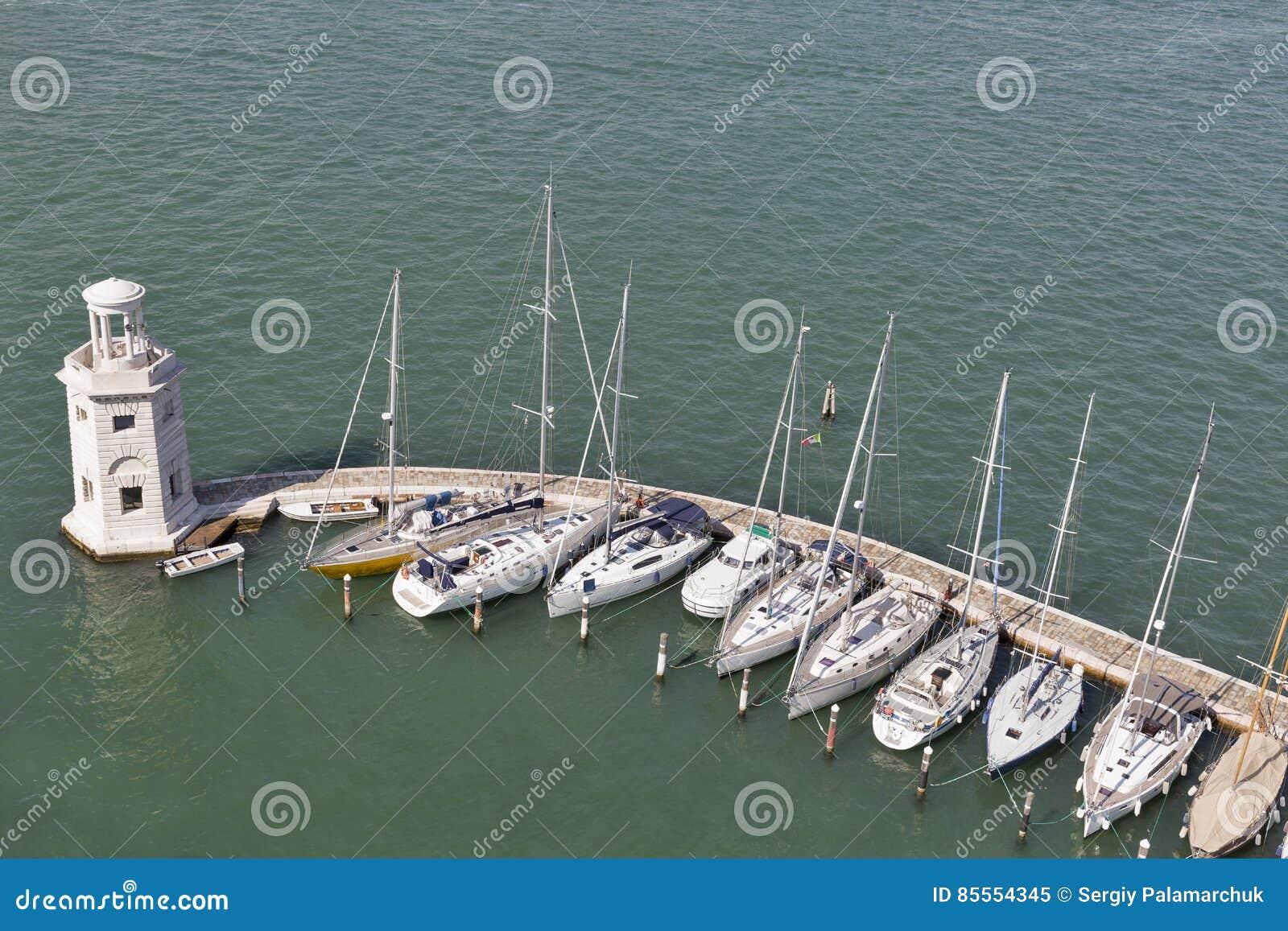 Vogelperspektive über Jachthafen in Venedig-Lagune, Italien