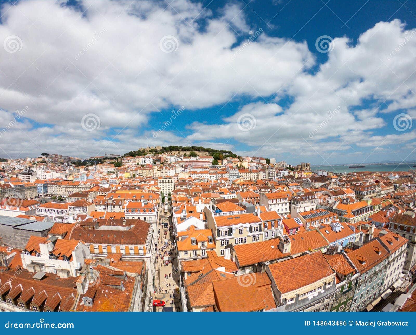Vogelperspektive auf Geb?uden und Stra?e in Lisbona, Portugal Orange D?cher im Stadtzentrum