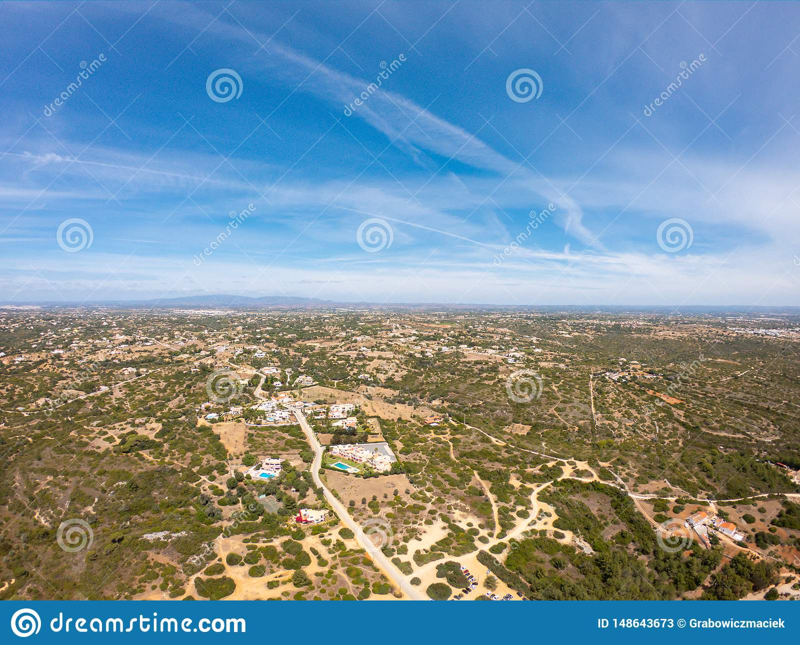 Vogelperspektive auf kleinem Dorf, Landschaft in Lagoa, Portugal Ansicht von oben genanntem auf H?usern gegen blauen Himmel