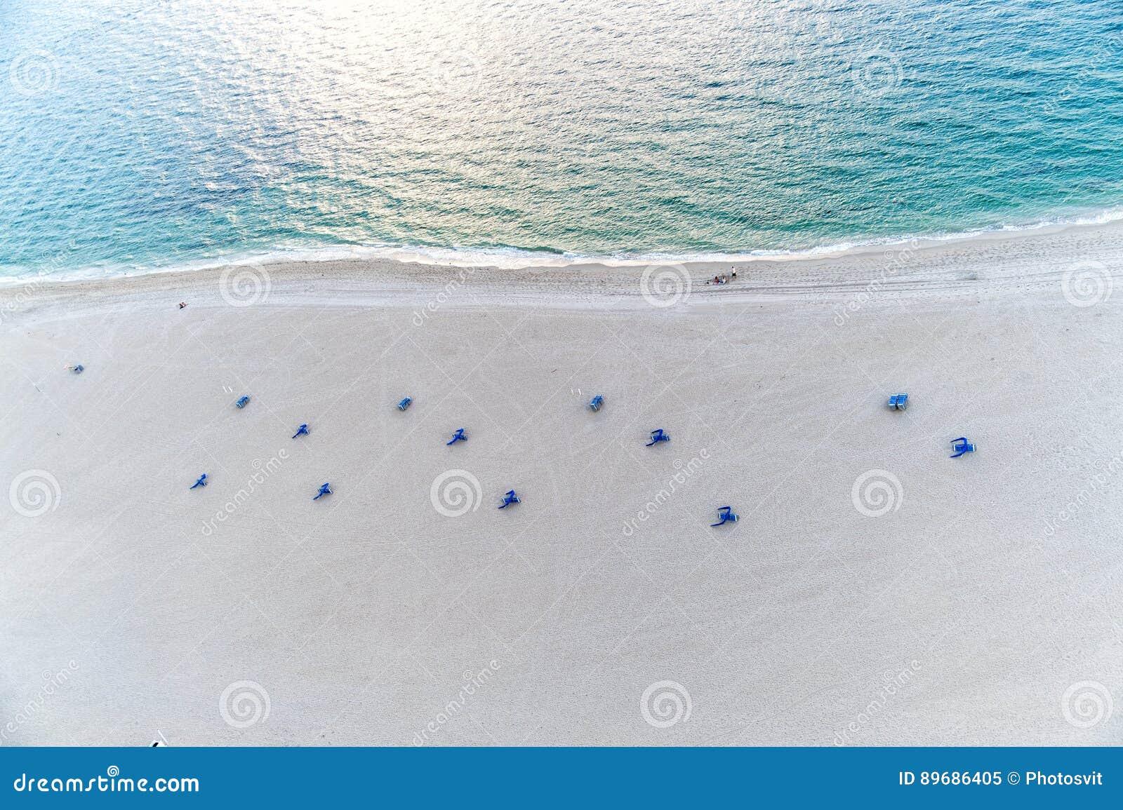 Auf Mit StuhlSandMeerWasser Mit Mit Vogelperspektive Strand Auf Vogelperspektive Strand Strand Vogelperspektive StuhlSandMeerWasser Auf nvm80wON