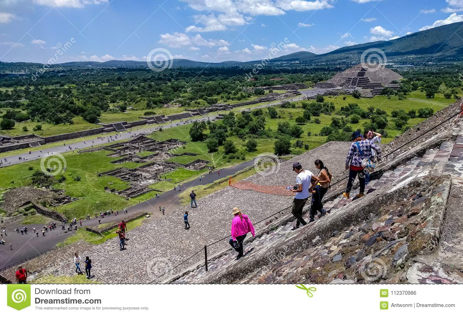 Vogelperspektive der Allee der Toten und der Mond-Pyramide Teotihuacan, Mexiko