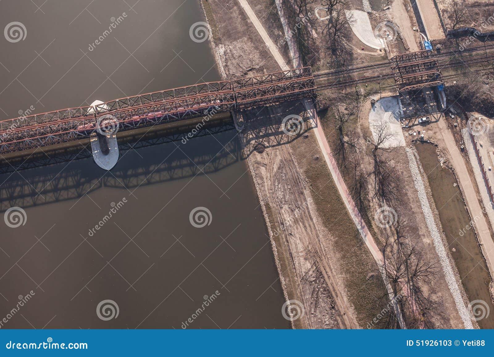 Vogelperspektive der Eisenbahnbrücke