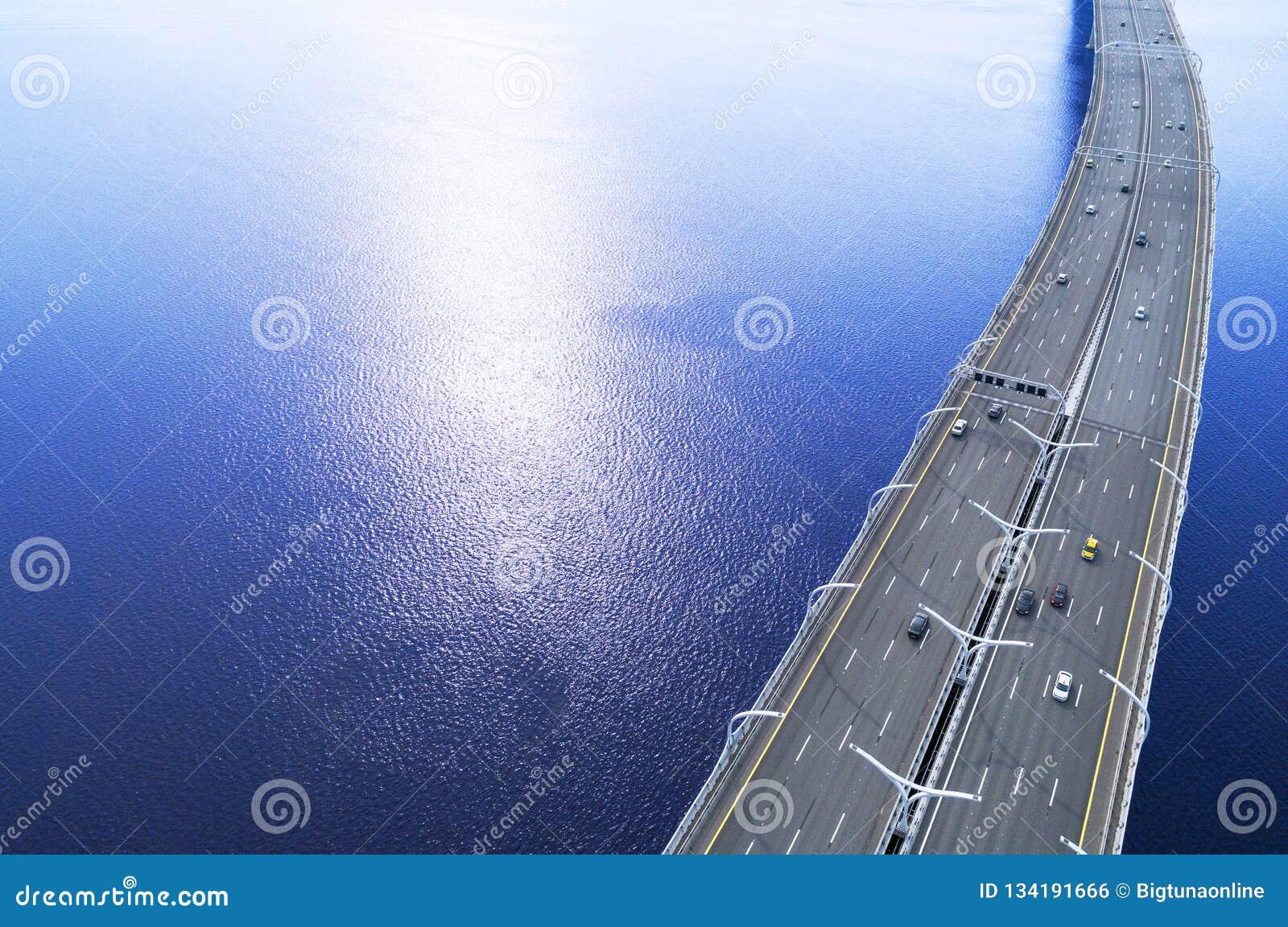 Vogelperspektive der Landstraße im Ozean Autoüberfahrtbrücken-Austauschüberführung Landstraßenaustausch mit Verkehr Luftvogels ey