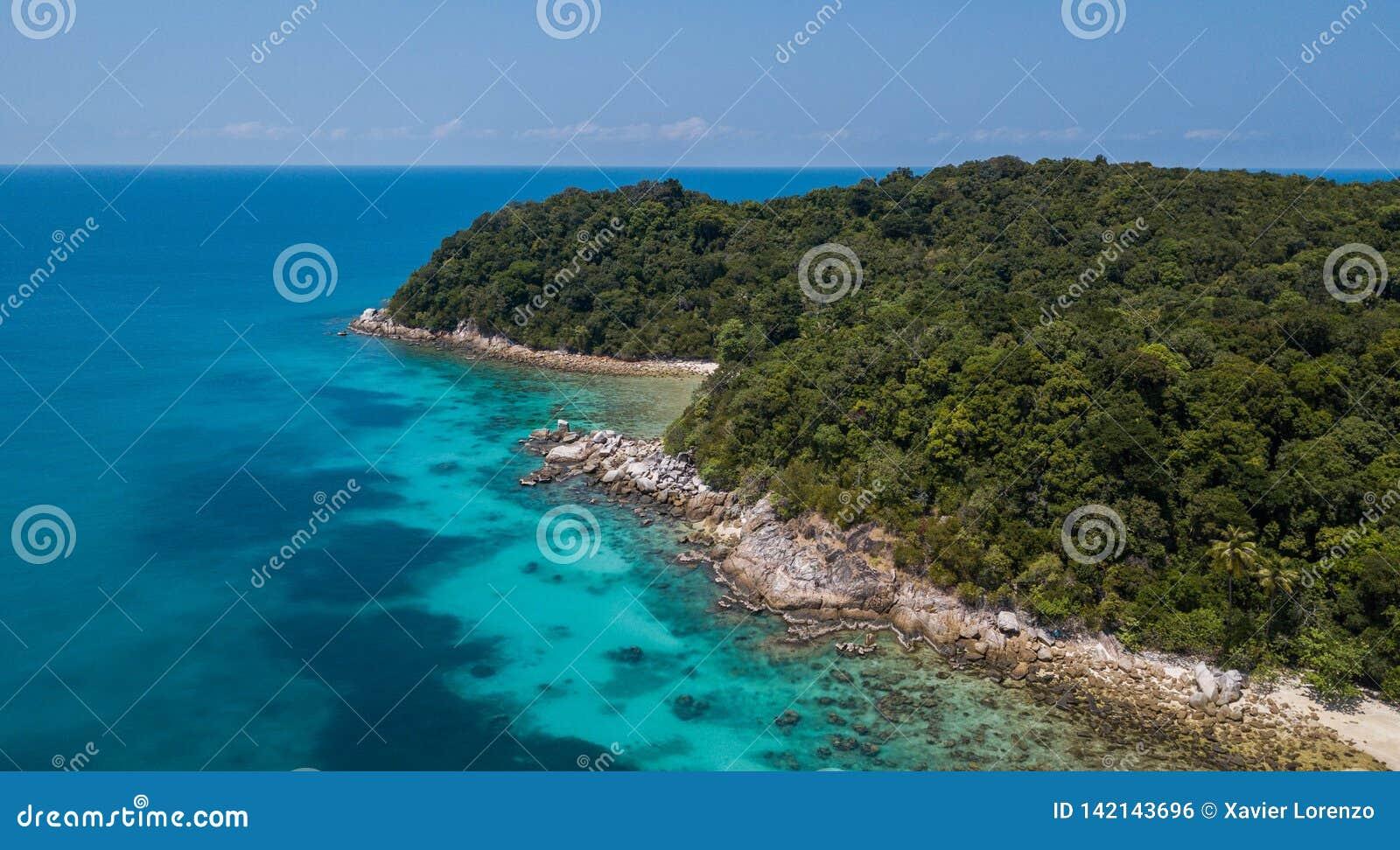 Vogelperspektive der schönen panoramischen Landschaft von tropischer Perhentian-Insel mit sandigem Strand des Kristallwassers und