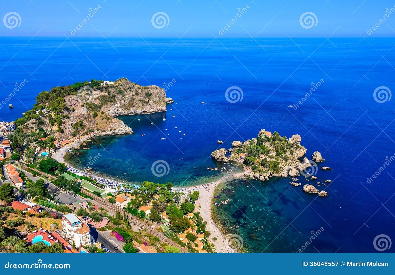 Vogelperspektive der Strandküste Isola Bella in Taormina, Sizilien