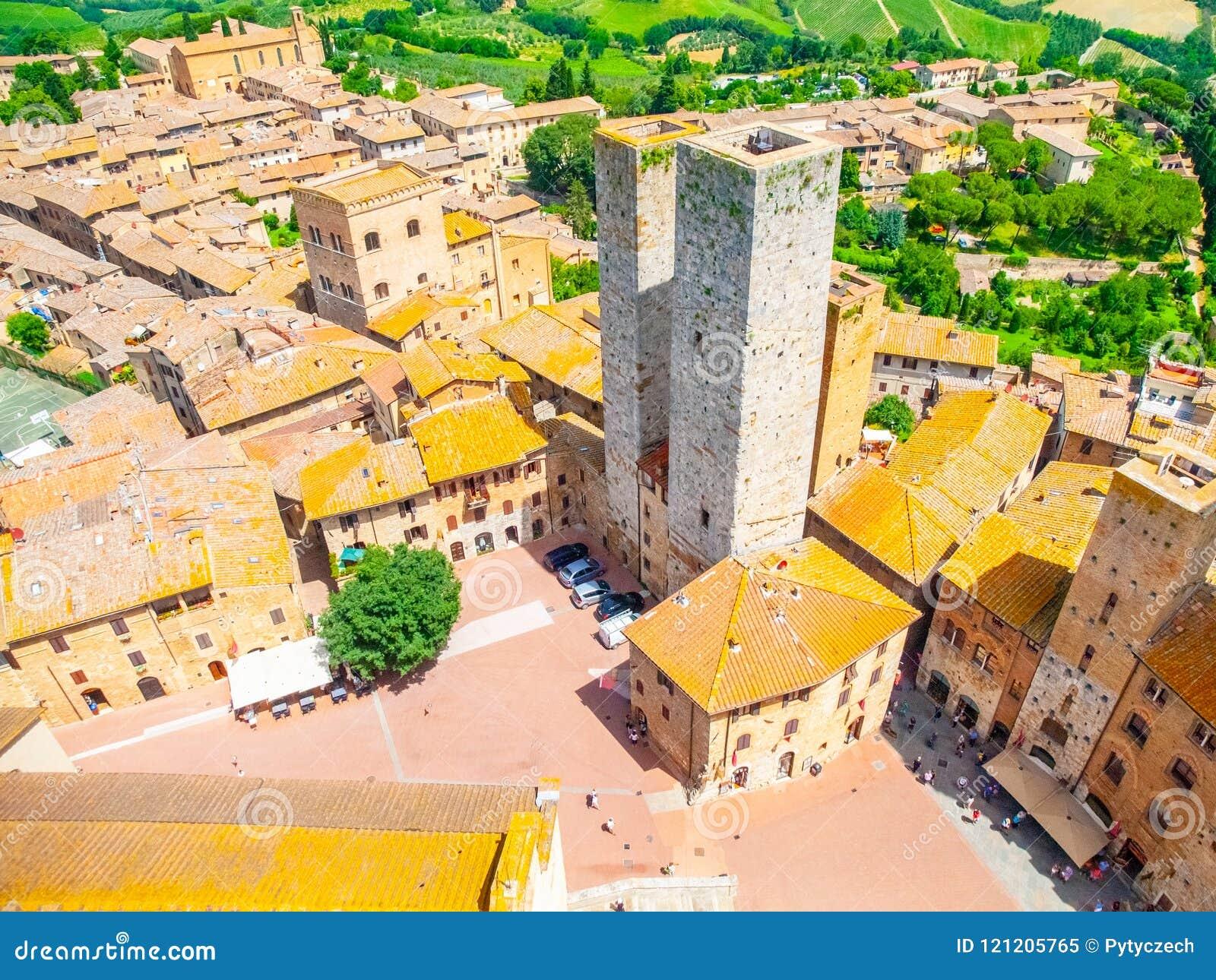 Vogelperspektive des historischen Stadtzentrums San Gimignanos mit Twin Towern - Torri-dei Salvucci, Toskana, Italien