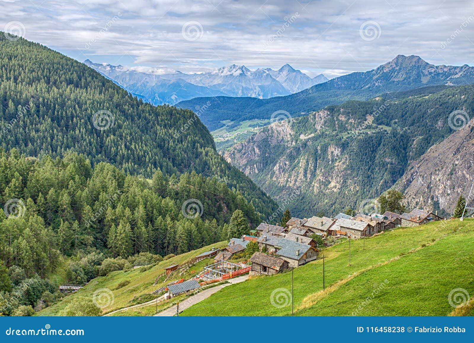 Vogelperspektive des malerischen Dorfs der Gämse, in ` Aosta Val D, Italien Seine Eigenheit ist, dass Autos nicht im vill erlaubt