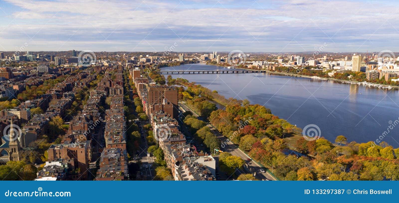 Vogelperspektive-gegenüberstellende Boston-Südbrücke Charles River Cambridge Mass