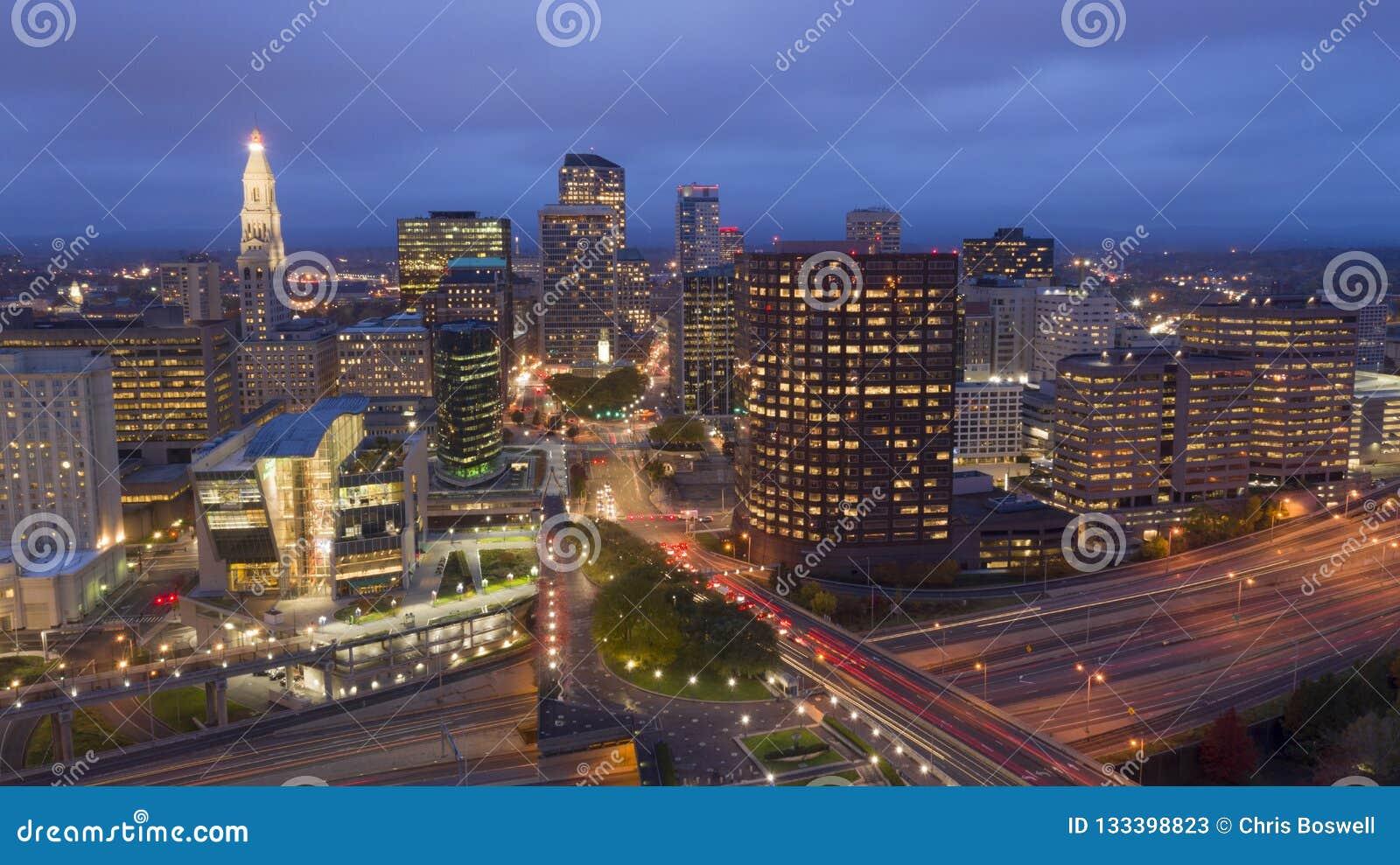 Vogelperspektive-im Stadtzentrum gelegene Stadt-Skyline Hartford Connecticut nach Einbruch der Dunkelheit