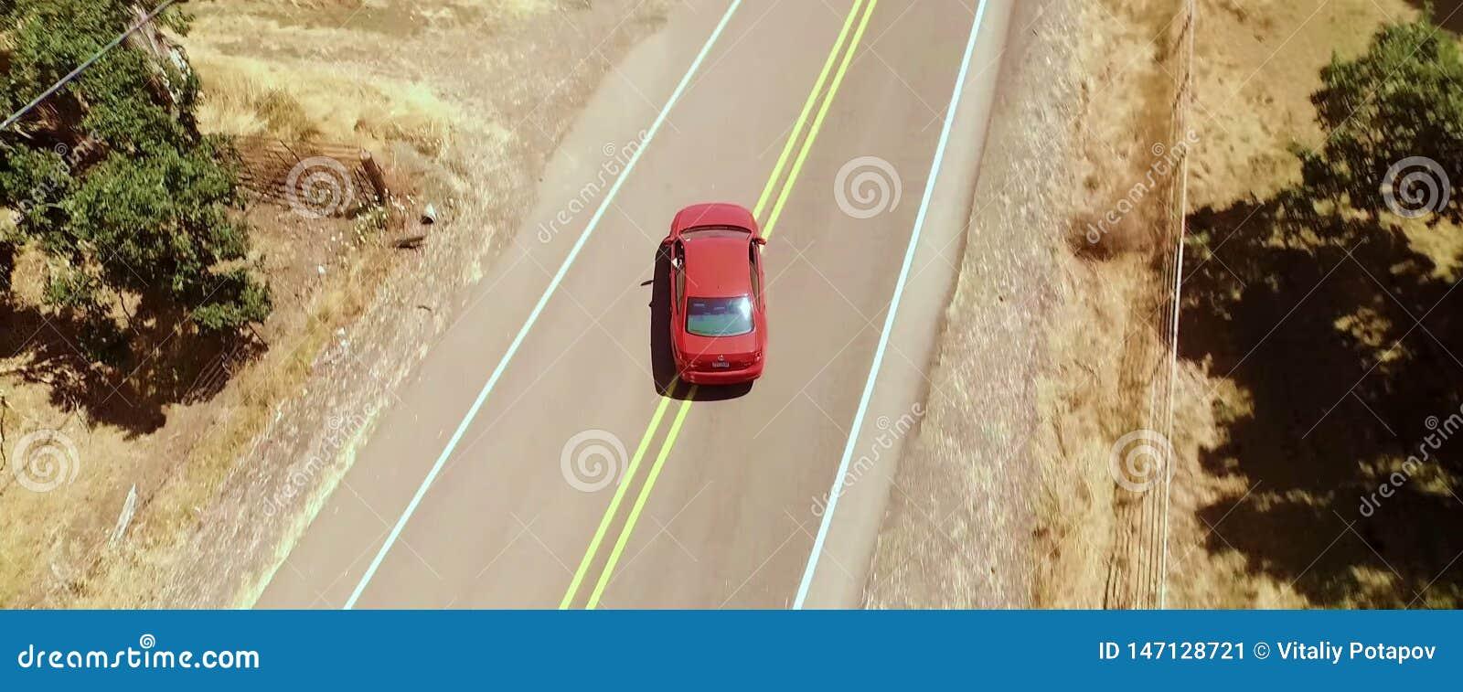Vogelperspektive, rotes Auto stellt die Straße ab