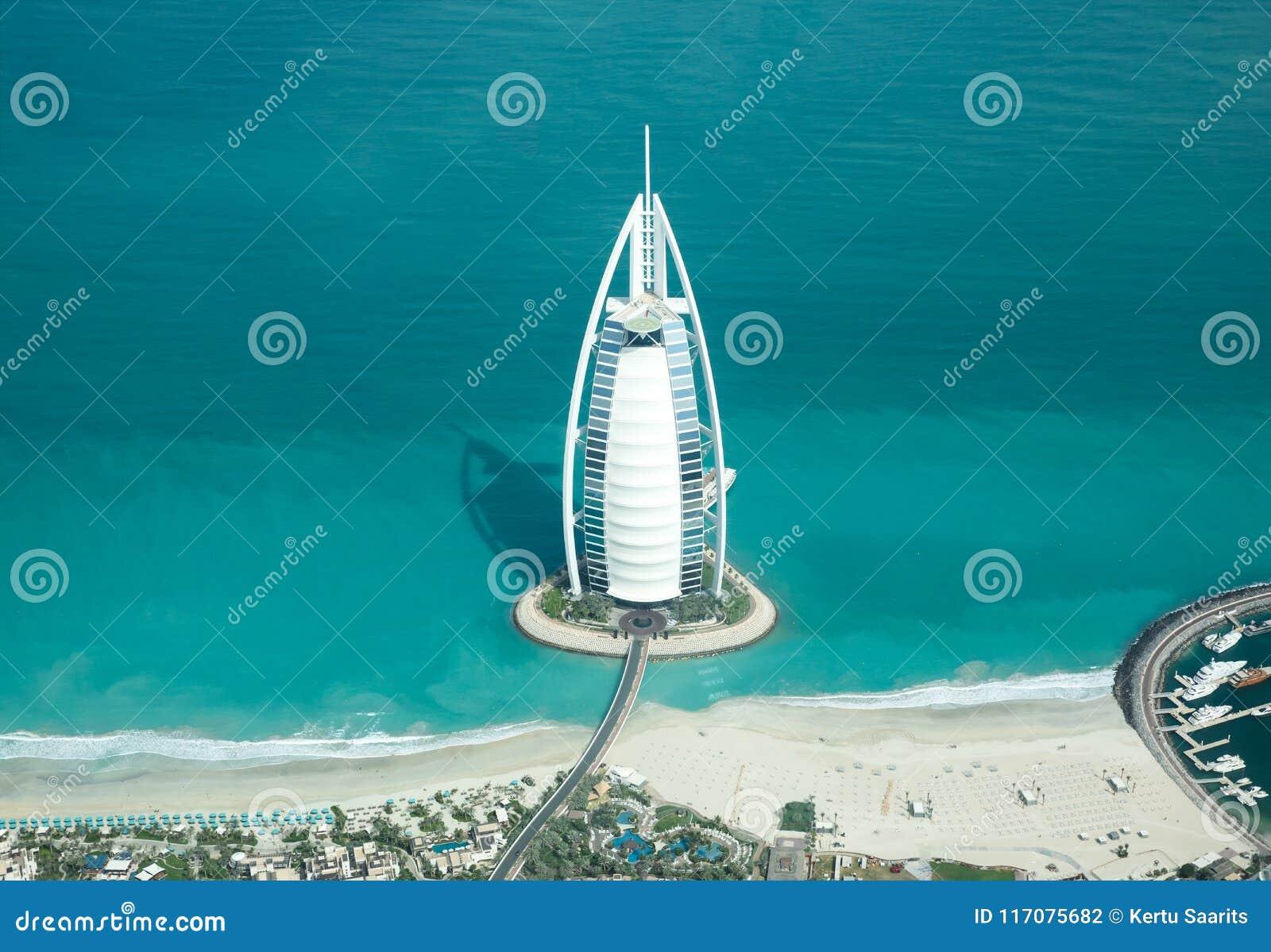 Vogelperspektive von Burj Al Arab an einem schönen sonnigen Tag