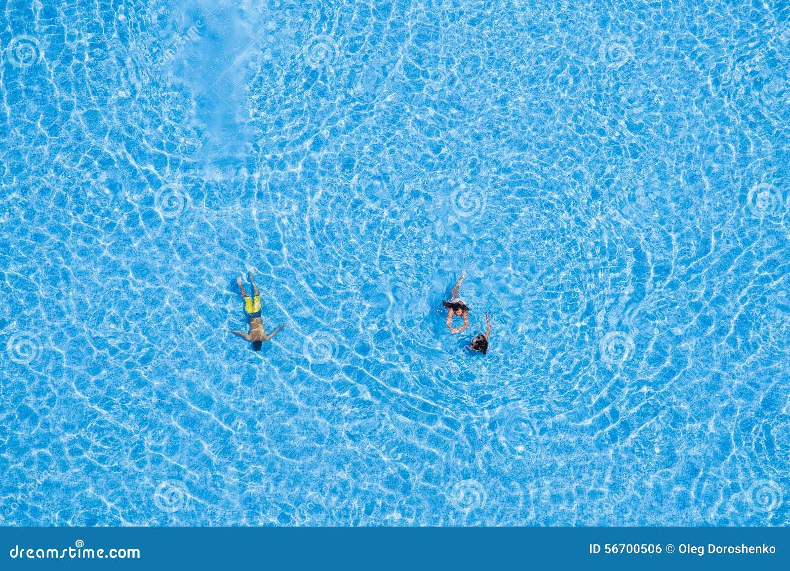Vogelperspektive von den touristen die im pool schwimmen redaktionelles foto bild 56700506 - Rectangle pool aerial view ...