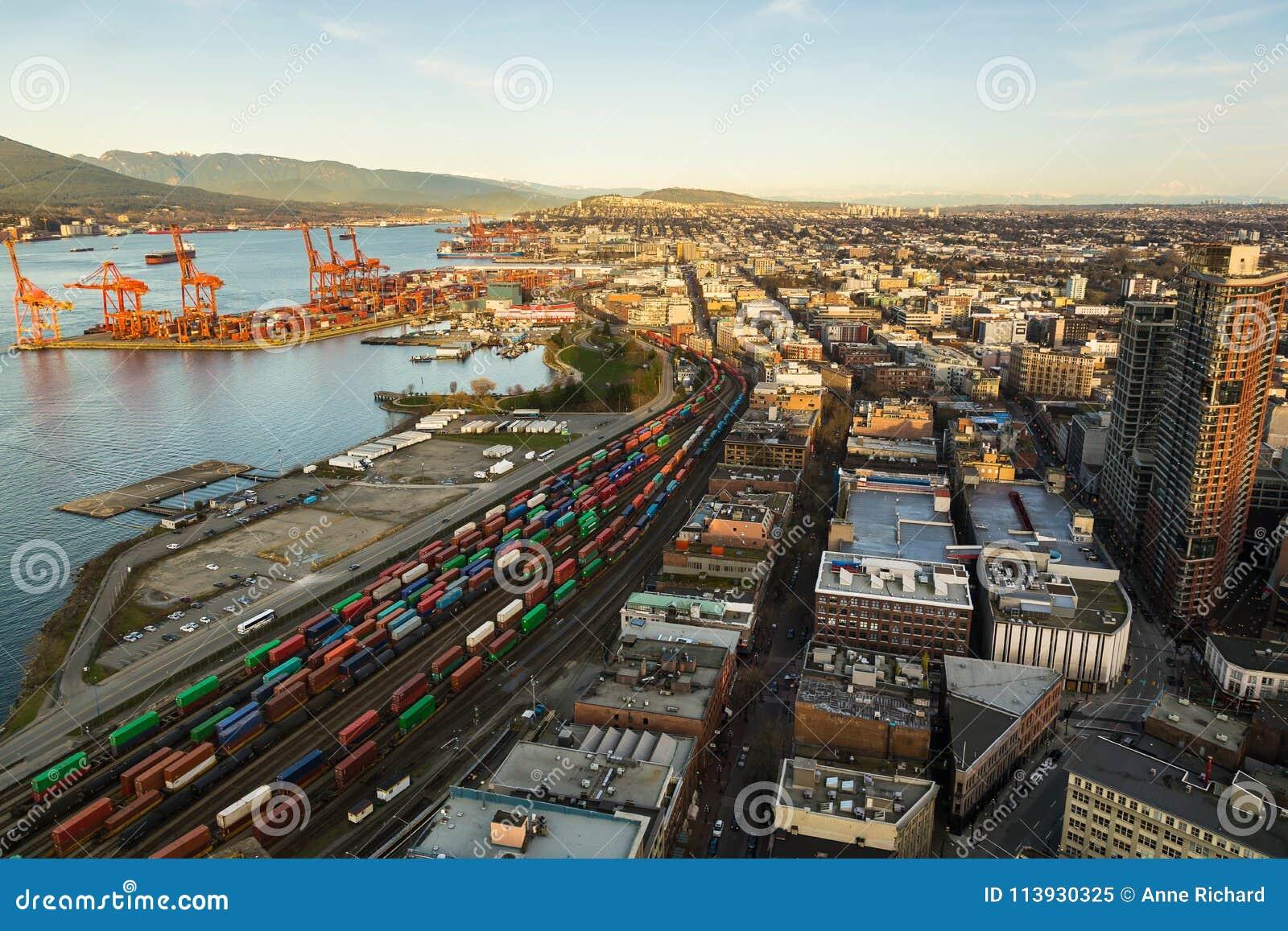 Vogelperspektive von Hafen und von Stadt Vancouver's mit Bergen im Hintergrund