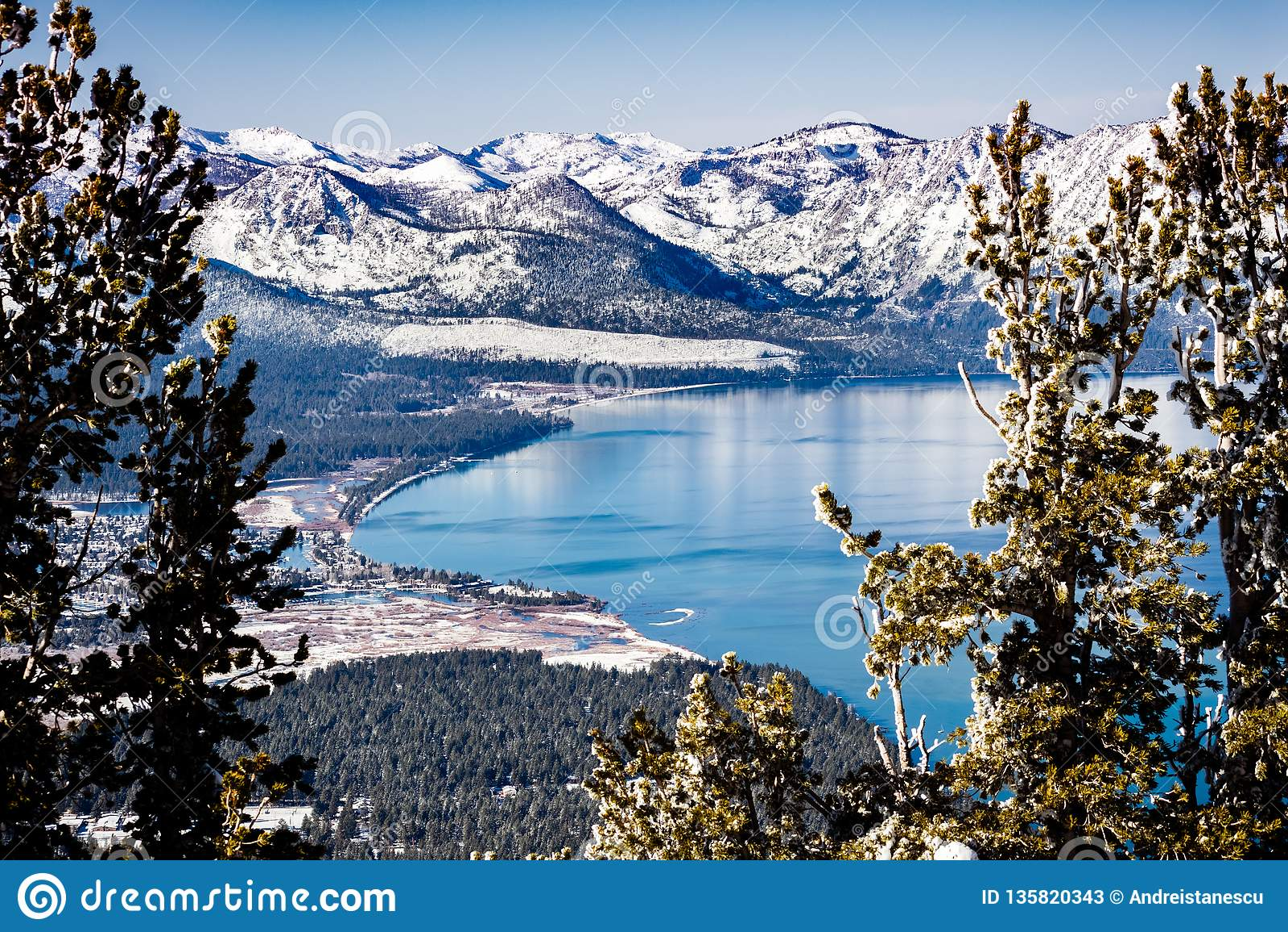 Vogelperspektive von Lake Tahoe an einem sonnigen Wintertag, Sierra Berge bedeckt im Schnee sichtbar im Hintergrund, Kalifornien