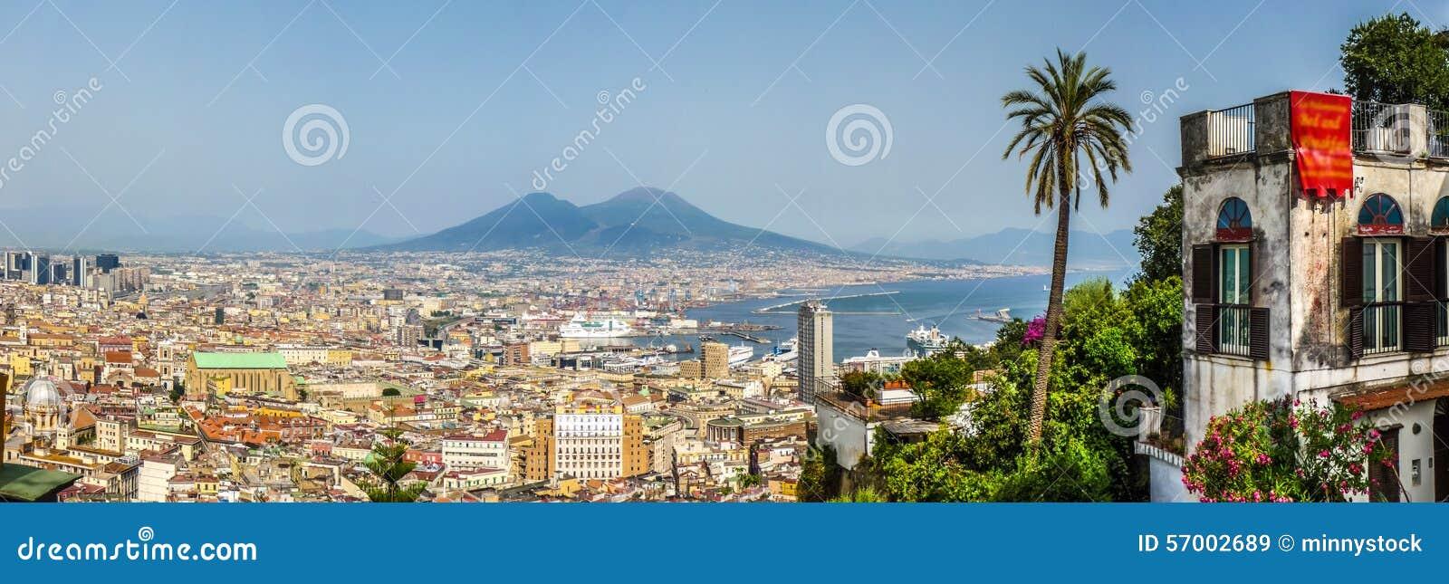 Vogelperspektive von Napoli mit dem Vesuv bei Sonnenuntergang, Kampanien, I
