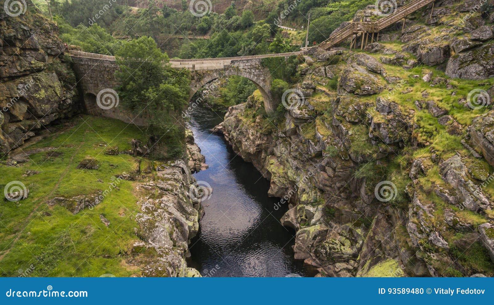 Fluss In Portugal vogelperspektive paiva natur gehwegen auf paiva fluss portugal