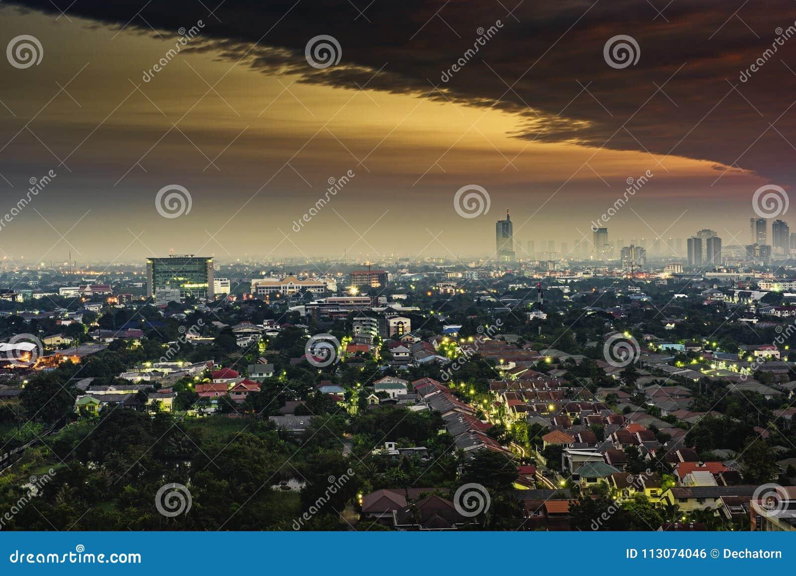 Vogelperspektive von Stadtbild in der goldenen Stunde