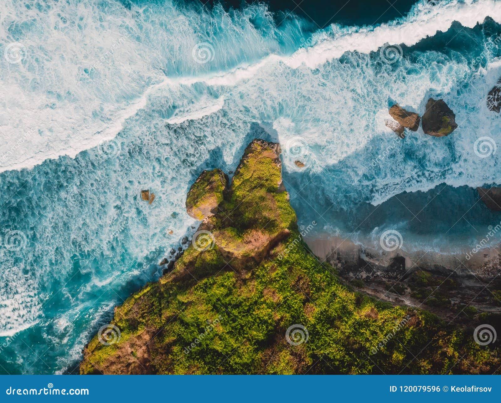 Vogelperspektive von Tropeninsel mit Felsen und von Ozean in Bali