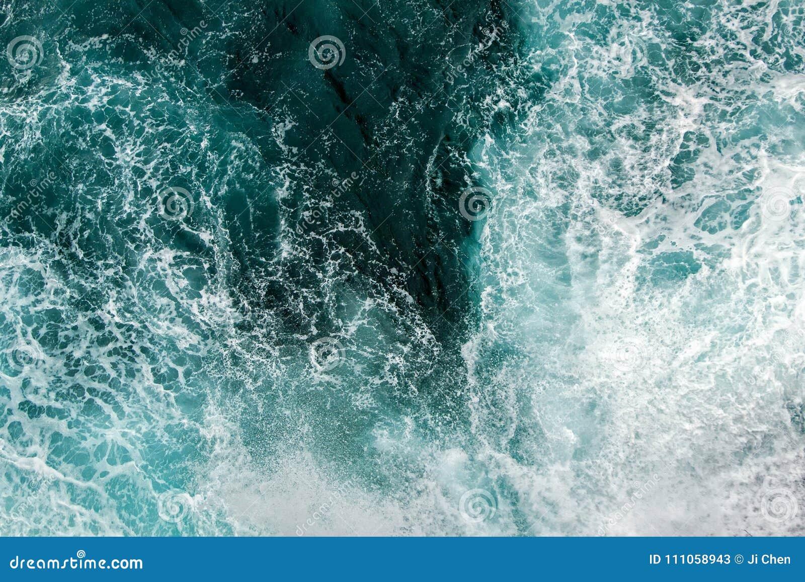 Vogelperspektive von Wellen im Ozean