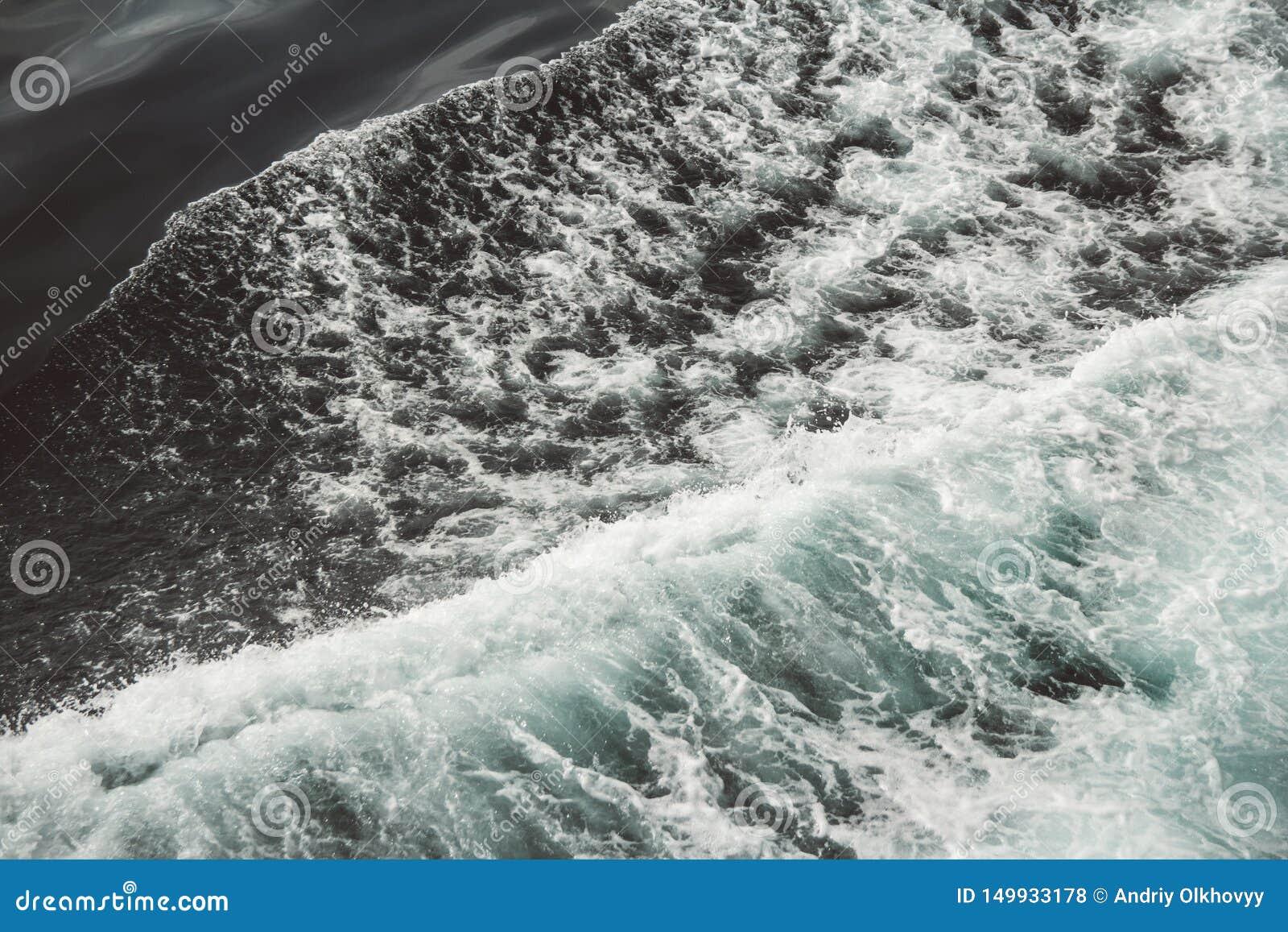 Vogelperspektive zu den Meereswogen Hintergrund des blauen Wassers