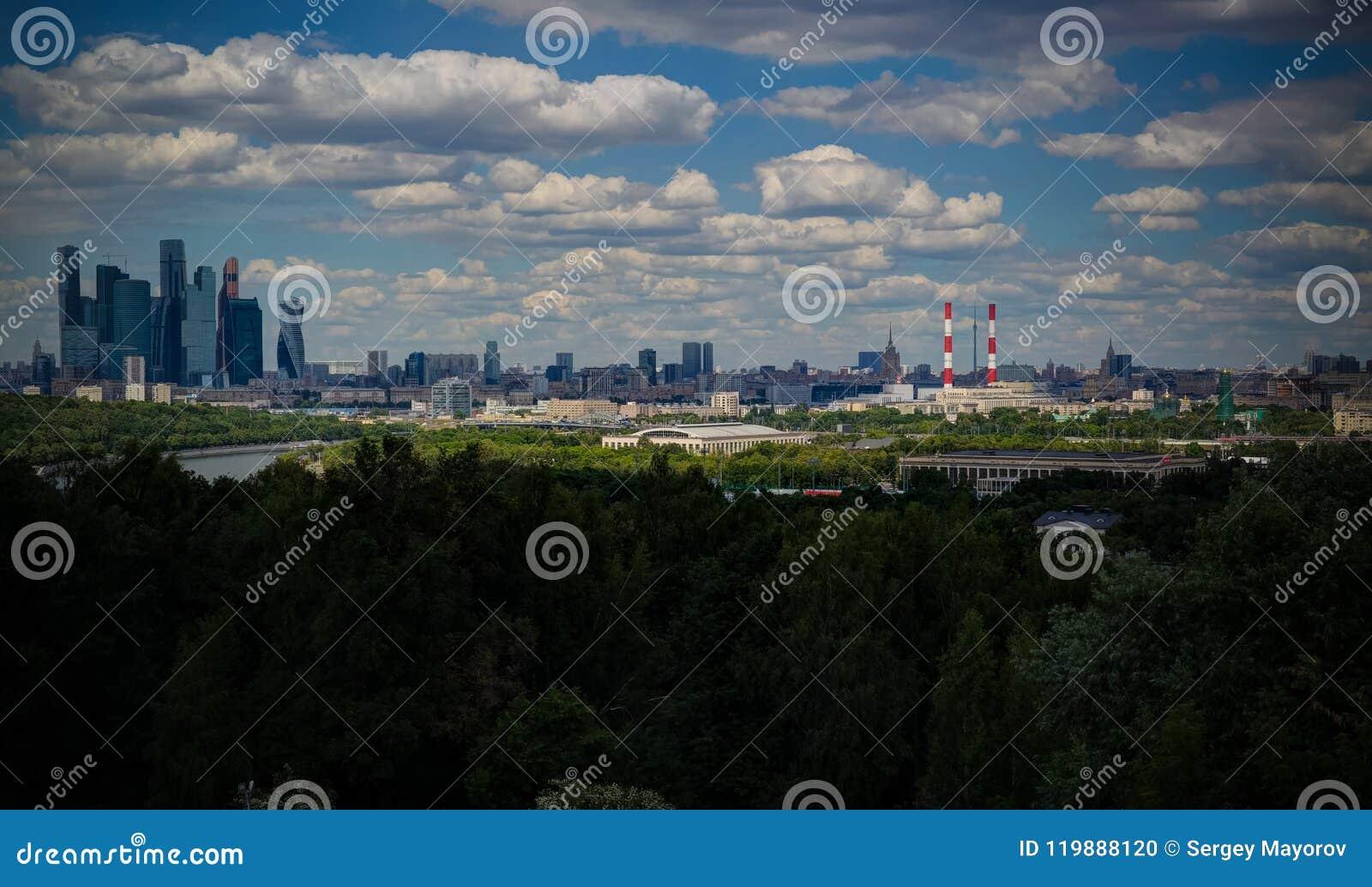 Vogelperspektive zu Luzhniki-Stadion, zu den Wolkenkratzern und zur historischen Stadt von Moskau von den blutigen alias Spatzenh