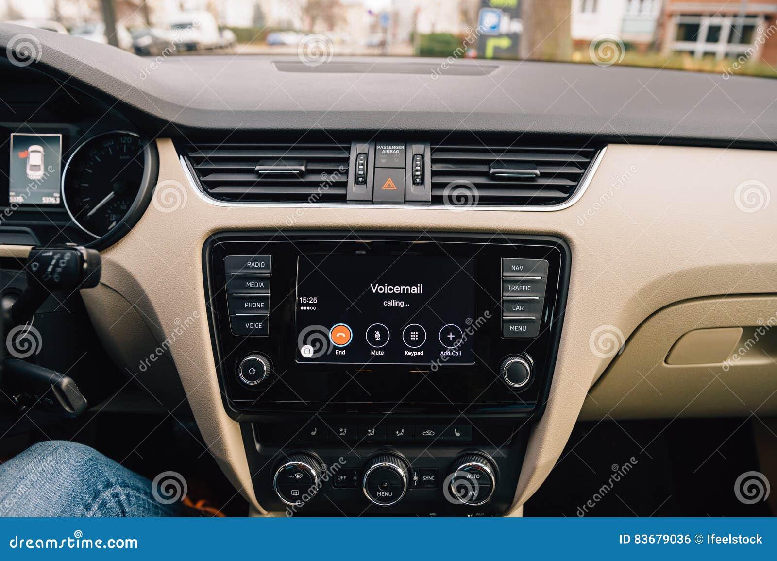 Voicemail call in Apple Car CarPlay