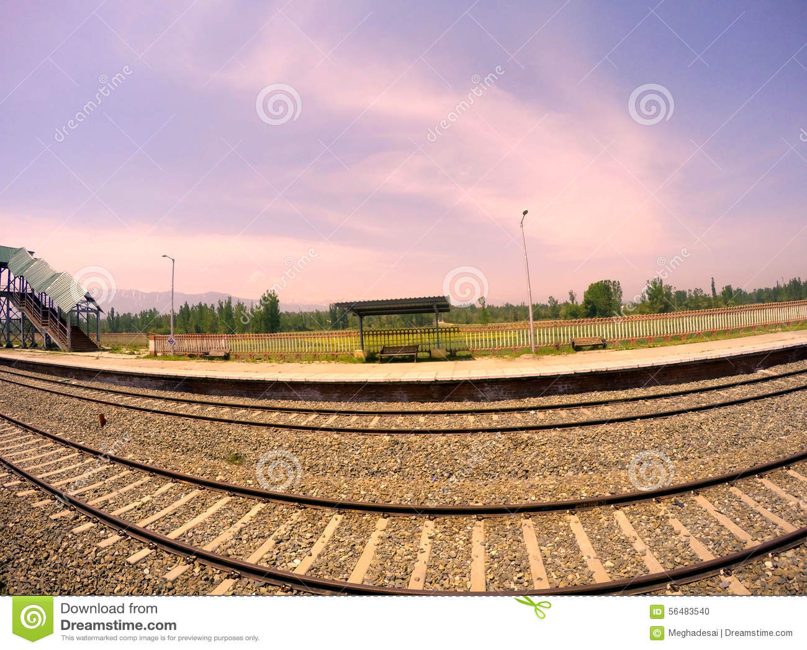 Voie de chemin de fer dans la belle station de colline