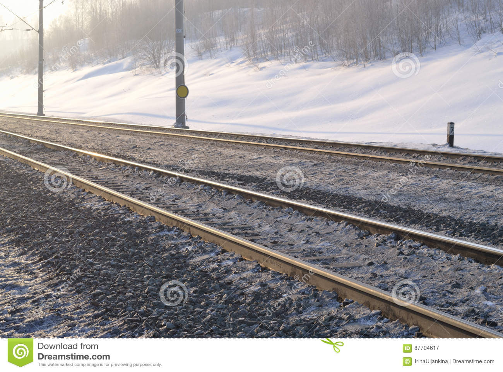 Voie de chemin de fer le matin tôt d hiver