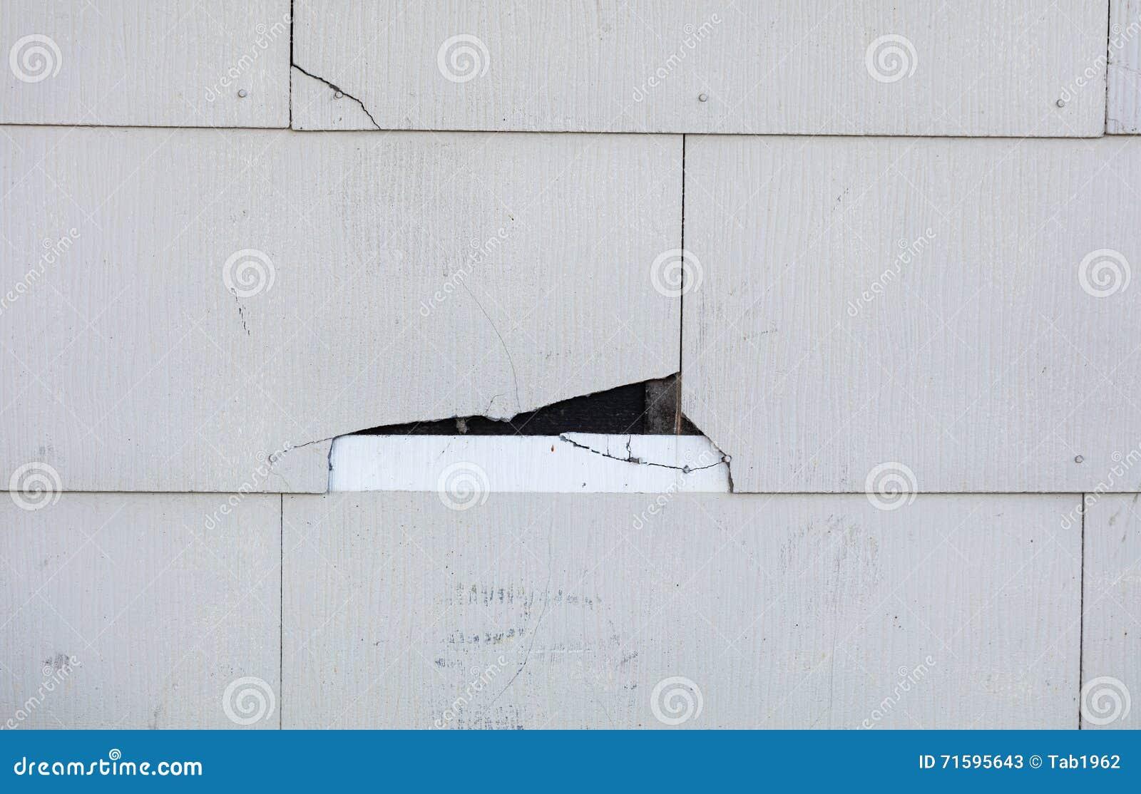 Voie de garage d 39 amiante fendant sur la maison image stock for Prix diagnostic amiante garage