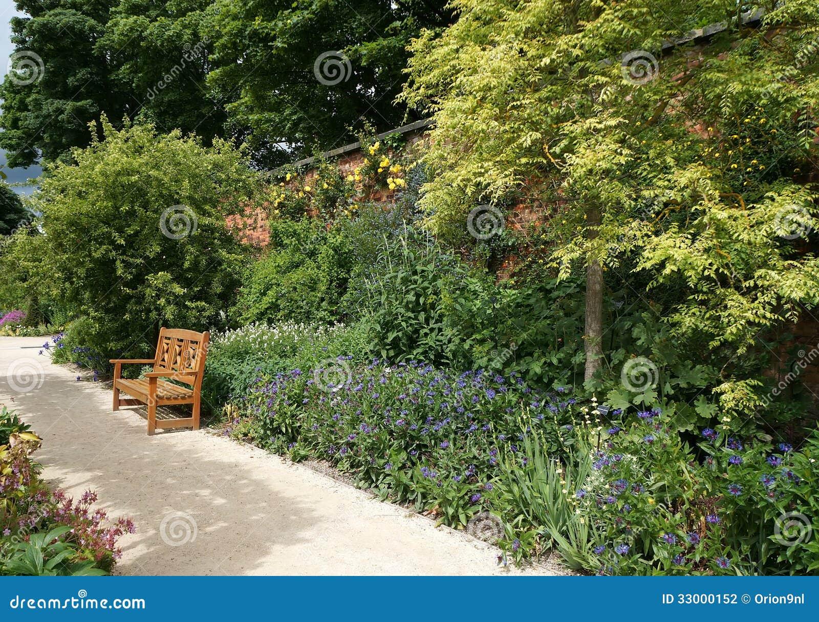 Voie de jardin d 39 alnwick photographie stock image 33000152 for Amenagement jardin le long d un mur