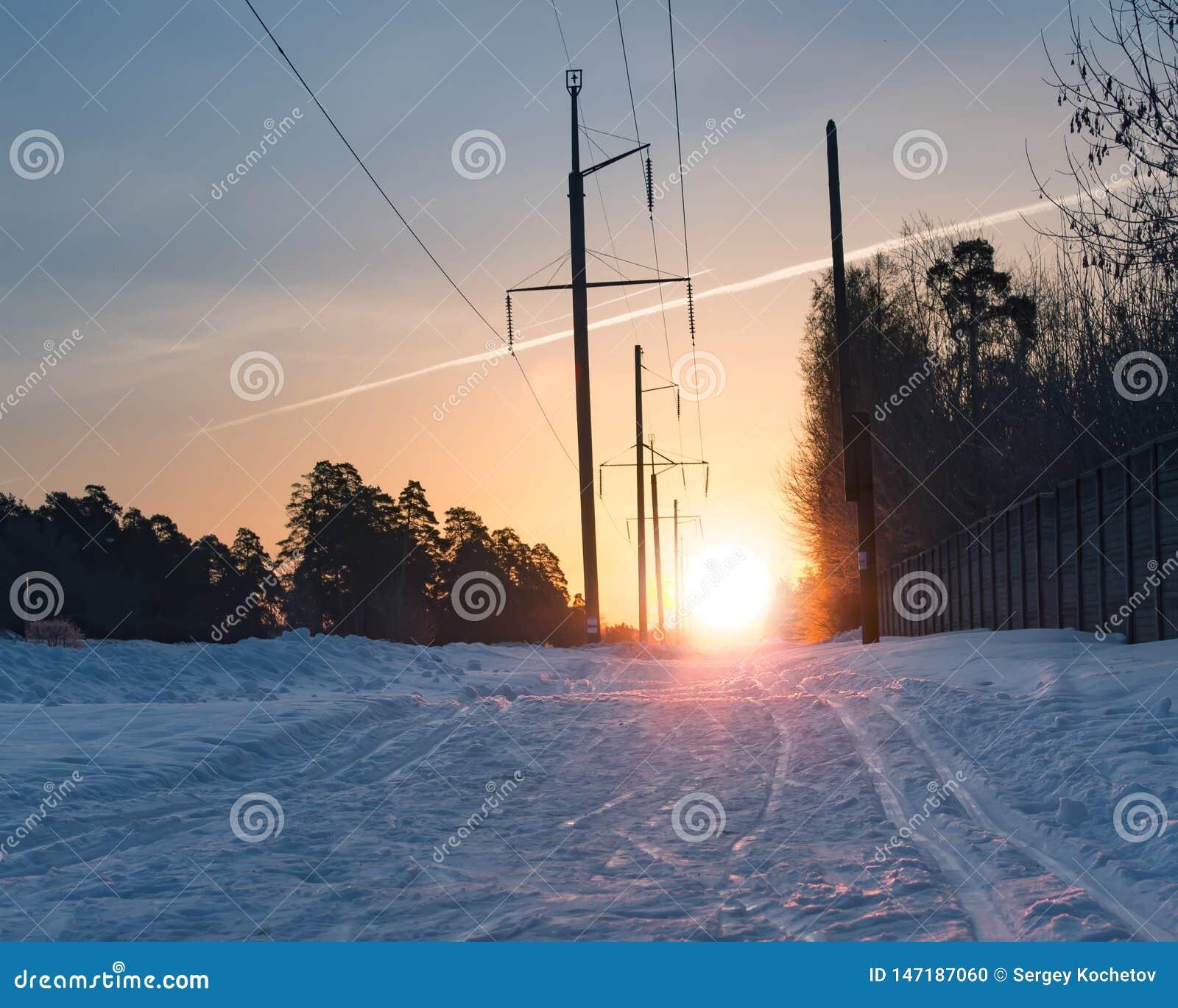 Voie de ski sur la surface de neige contre le Soleil Levant