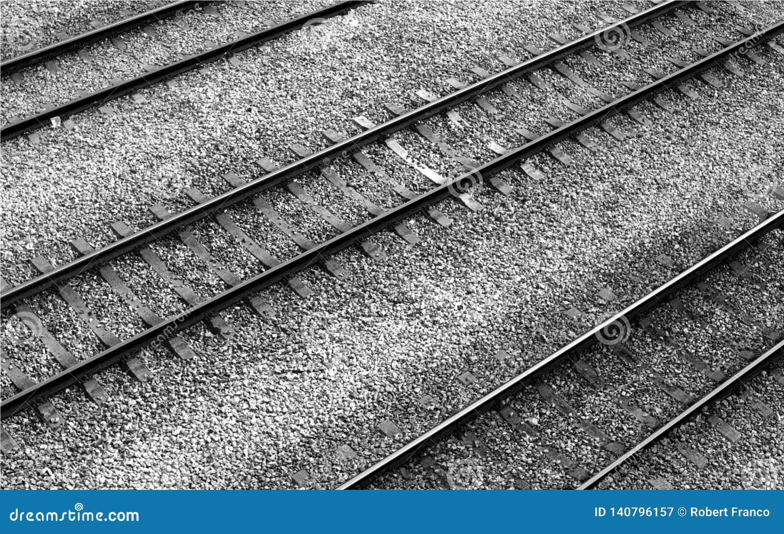 Voies de chemin de fer alignées en parallèle