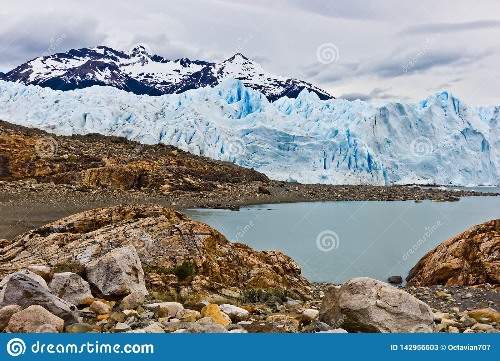 Voies de meulage sur des roches du déplacement lourd de glacier