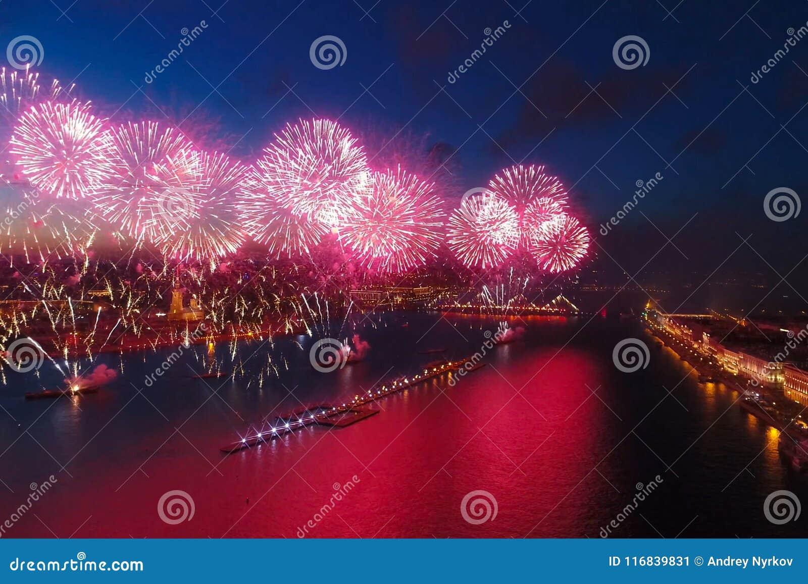 Voiles d écarlate de salut Le salut de fête est grandiose Pyrotechnie de feux d artifice