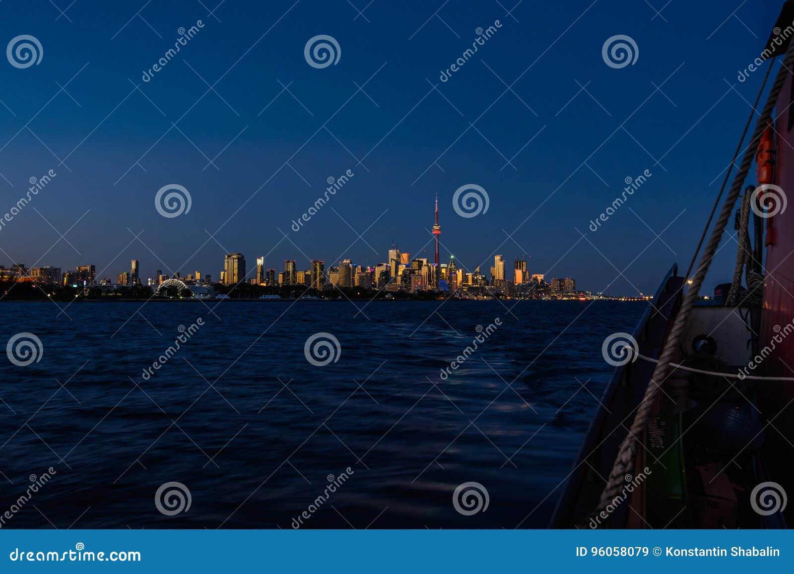Voilier à Toronto au coucher du soleil