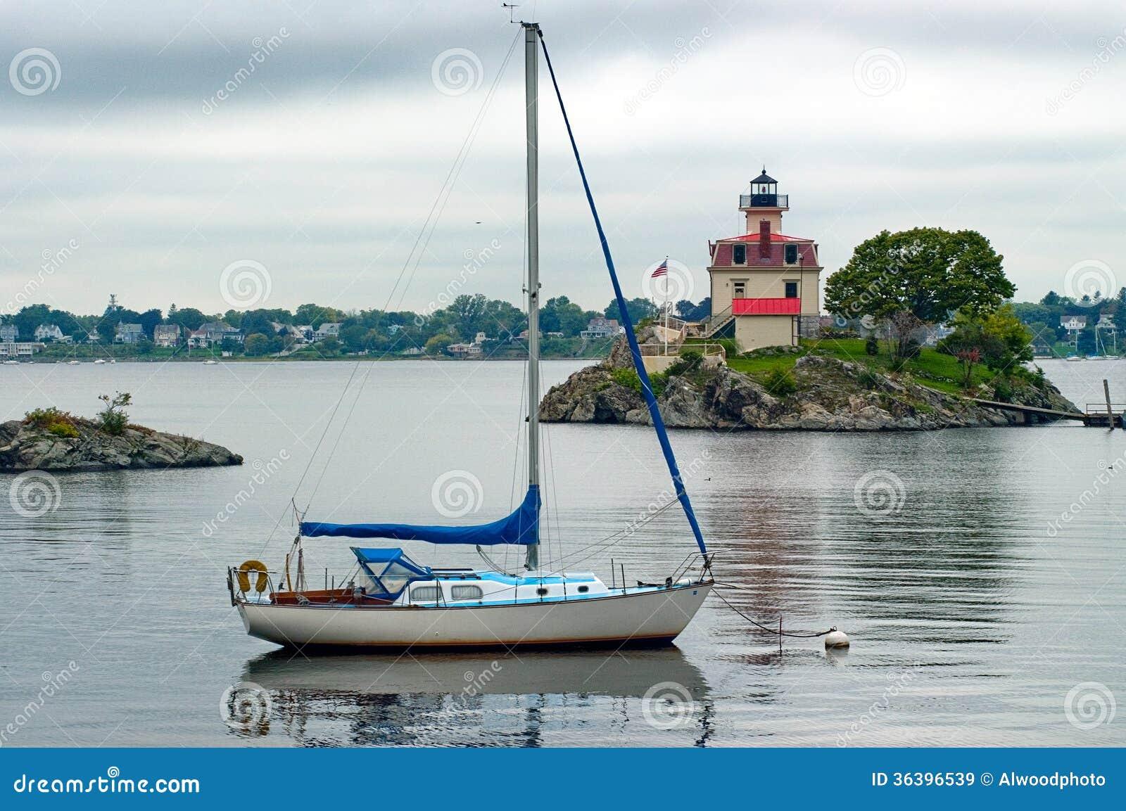 Voilier amarré près du phare en Providence Île de Rhode