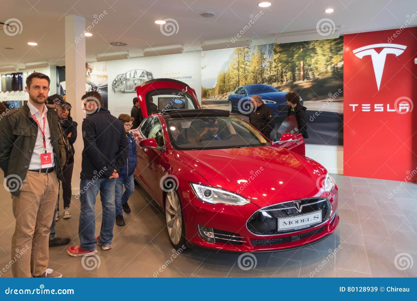 Voiture électrique rouge de Tesla dans la salle d exposition de promotion Nuremberg, Allemagne - 26 mars 2016