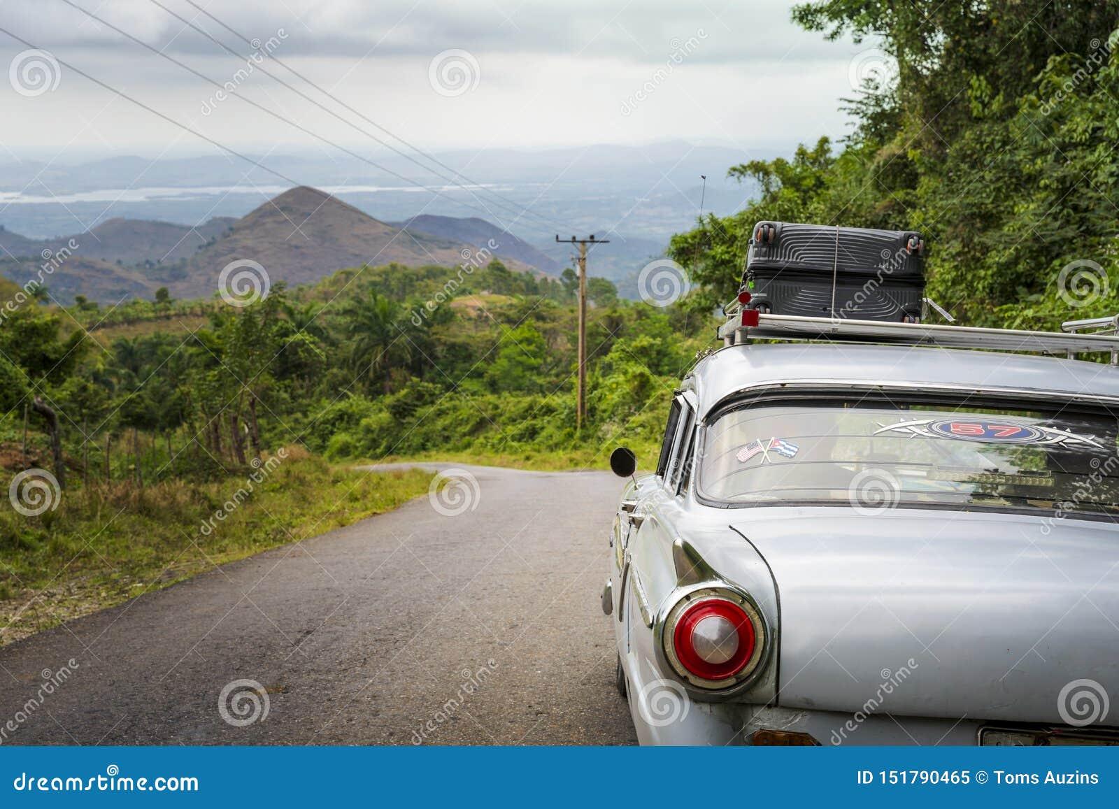 Voiture américaine de vieux cru sur une route en dehors du Trinidad