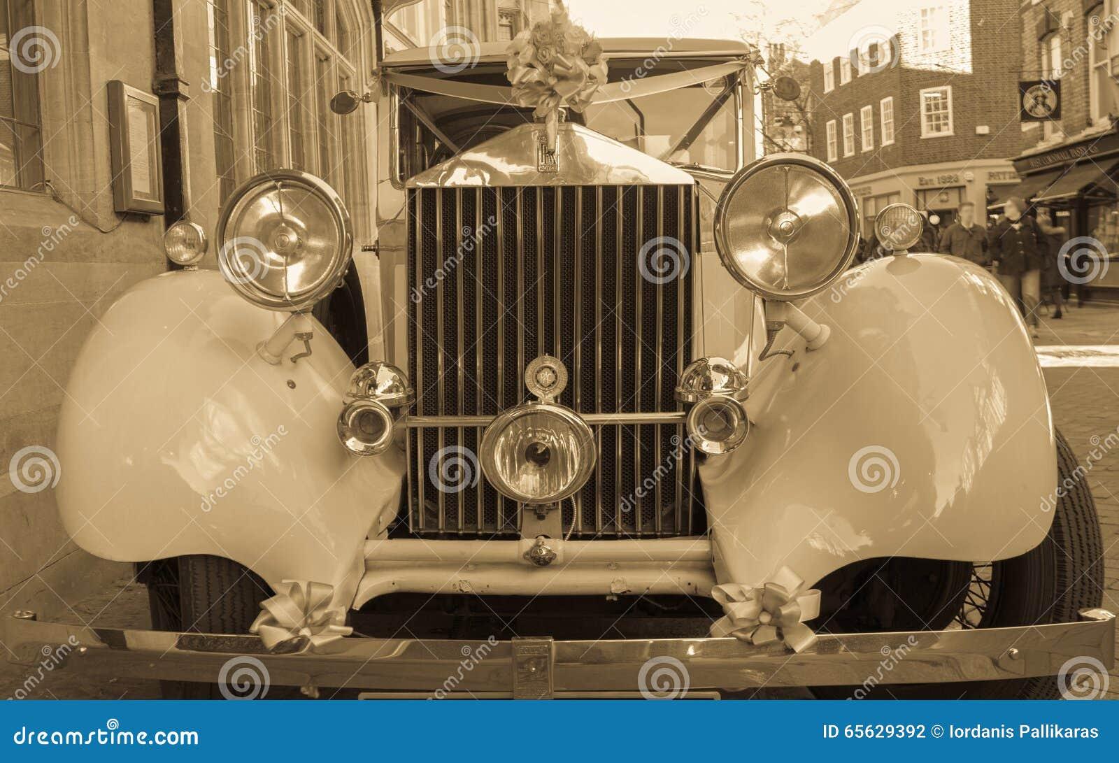 Voiture antique de Rolls Royce décorée pour l usage dans un événement de mariage