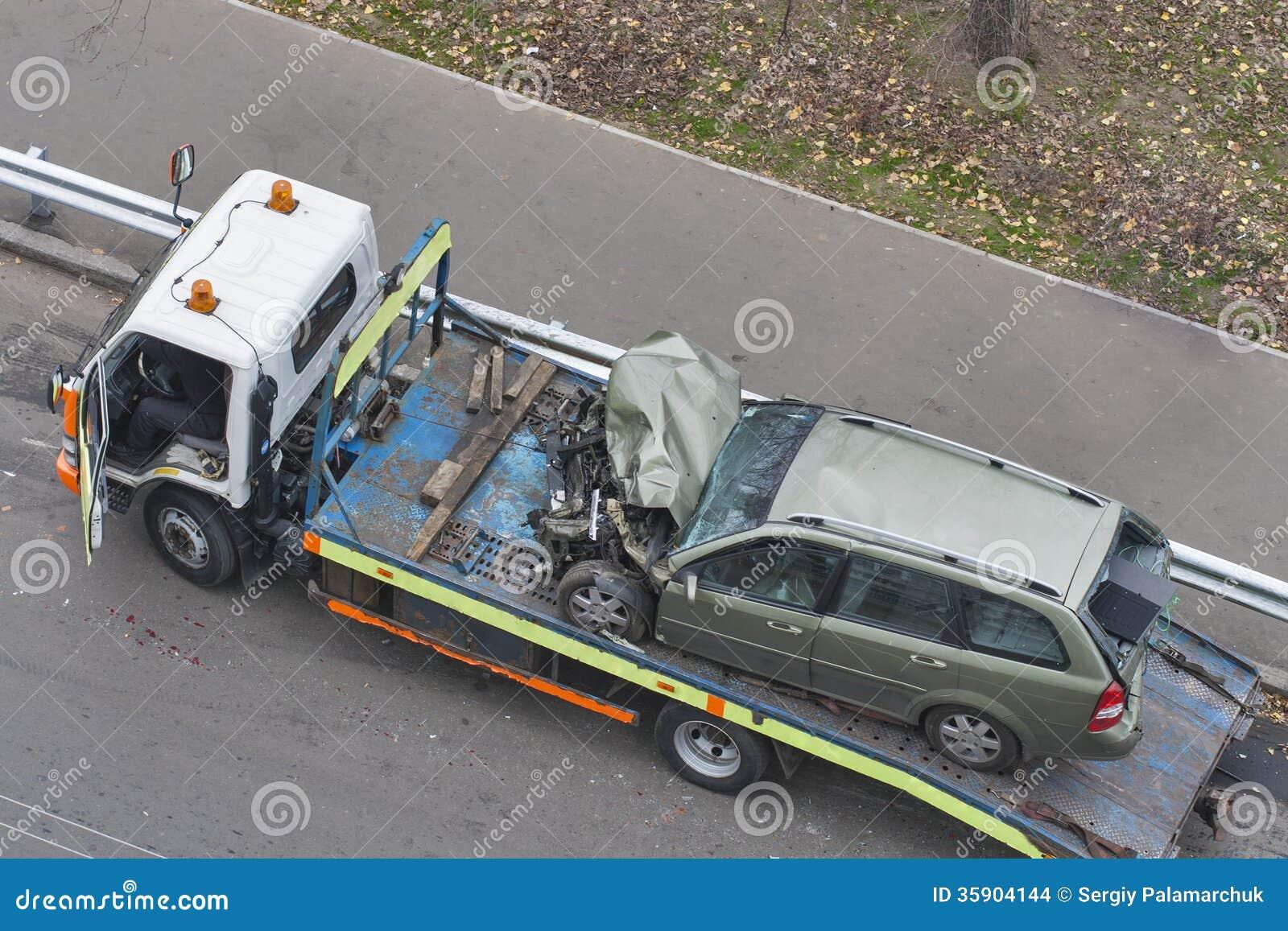 voiture apr s accident de la route embarqu e dans la d panneuse photo stock image 35904144. Black Bedroom Furniture Sets. Home Design Ideas