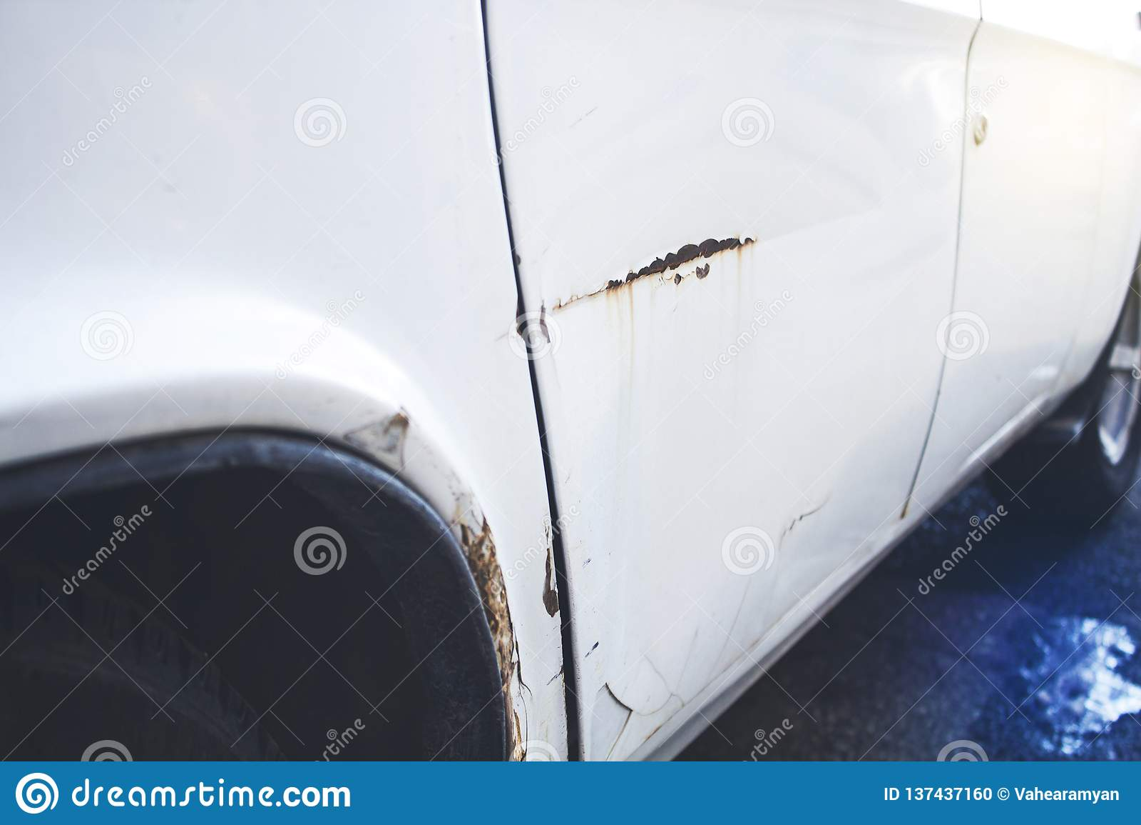 Voiture avec la bosselure du côté de conducteur de l accident de voiture