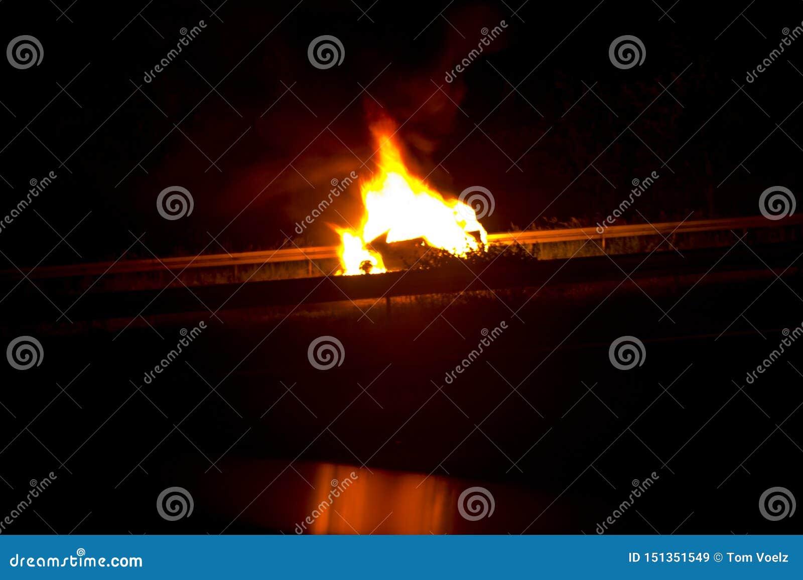 Voiture brûlante après un accident ou un défaut sur la route