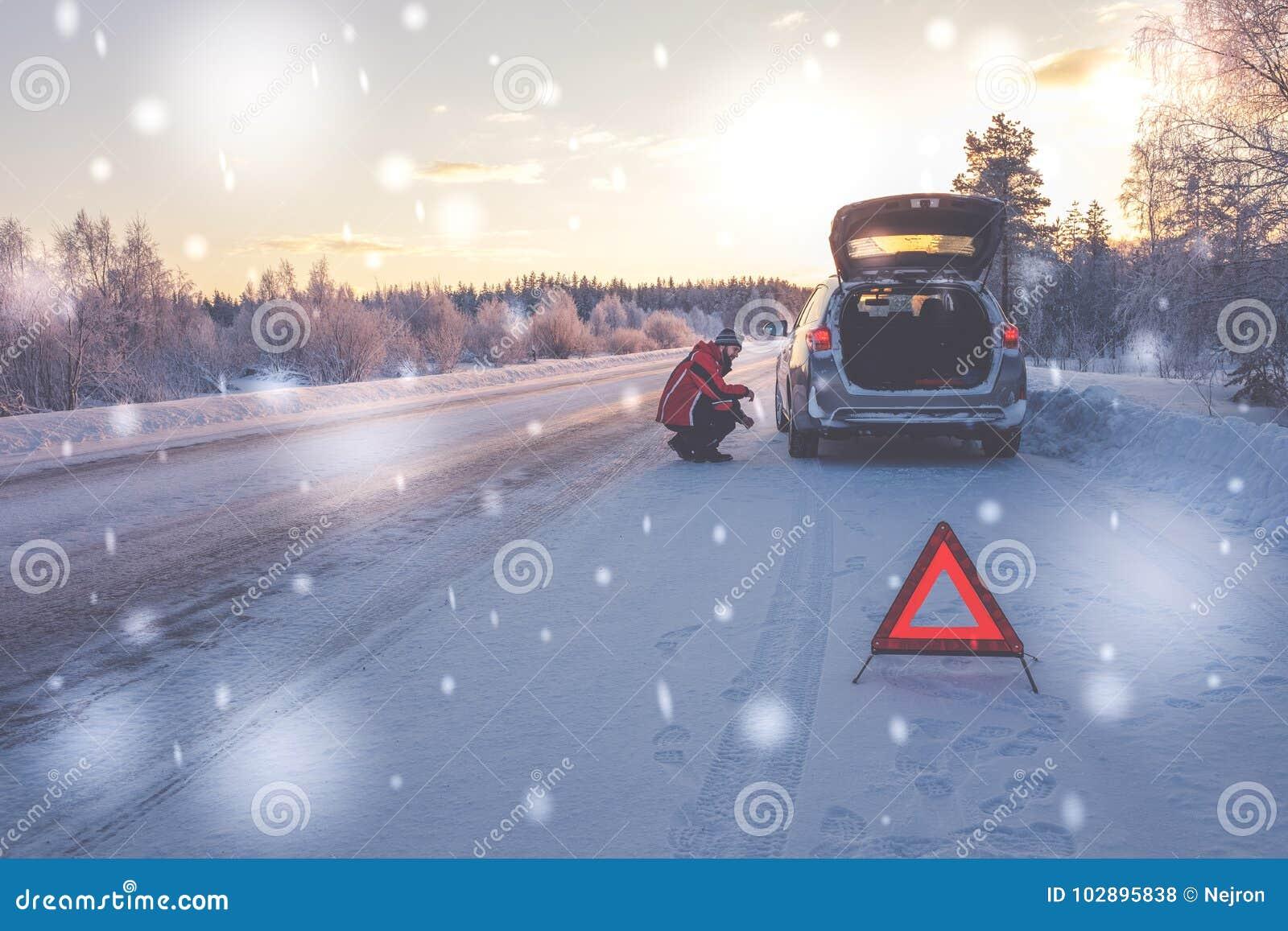Voiture cassée sur une route neigeuse d hiver